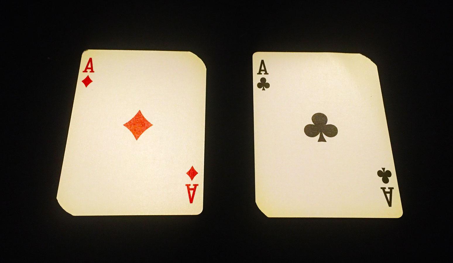 トランプはなぜ、赤いカードと黒いカードに分かれているのか